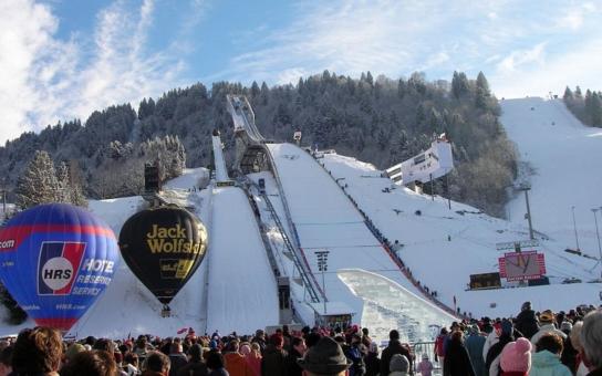 Legendární středisko zimních sportů zoufale volá o pomoc. Obyvatelé bavorského 'Garmische' se bojí, policisté nevědí, kam dřív skočit, turisté přestávají jezdit. Starostka bije na poplach kvůli azylantům