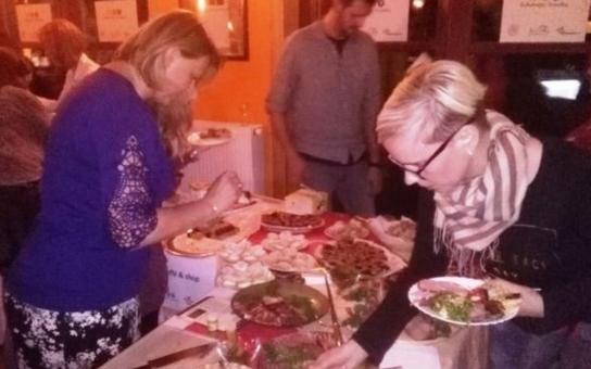 Džemfest v Ostružné odstartoval ochutnávkou Staroměstských trubiček a uzeného z Leštiny, největší úspěch sklidily bezlepkové pokrmy z jáhel a pohanky. Večer ale patřil především jesenickým horám a práci místních umělců