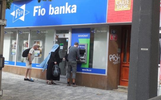 Muslimka vyhnala lidi z banky…  Bylo úterý odpoledne a žena oblečená v jednolitém černém hávu se zahaleným obličejem vešla do Fio banky. A pak nastalo toto