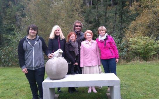 Čeští a němečtí výtvarní umělci společně tvořili v Krušnohoří. Cílem bylo okrášlení krajiny šesti výtvarně ztvárněnými lavicemi, zvoucími k posezení na nábřeží řeky Flöha