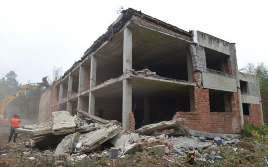 Bývalý kulturní dům po sovětské armádě, na kterém se dramaticky podepsali vykradači a sběrači kovů, z Ralska definitivně zmizí. Demoliční práce uhradí Liberecký kraj ze svého rozpočtu, ušetřil totiž na likvidaci skládky v Bulovce