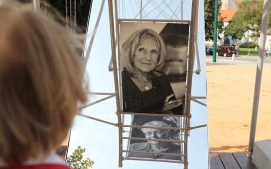 České stříbro, netradiční výstava portrétů ženských osobností na dvanáctimetrovém otáčecím kole, se stěhuje z Plzně na MFDF Ji.hlava. Prohlédnout si ho budete moci již v sobotu