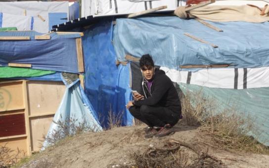 """Hodně drsné. Český novinář vyrazil do Calais, zažít """"džungli"""" na vlastní kůži. Afghánští imigranti ho kamenovali a chtěli mu uříznout hlavu; přistihl je při pití alkoholu, v koránu přísně zakázaném"""