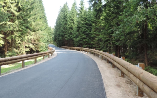 Lesní cesta Bedřichovská je po roční rekonstrukci konečně průjezdná bez omezení. Nedaleko opět stojí takzvaný Gahlerův kříž, historická sakrální památka Jizerských hor