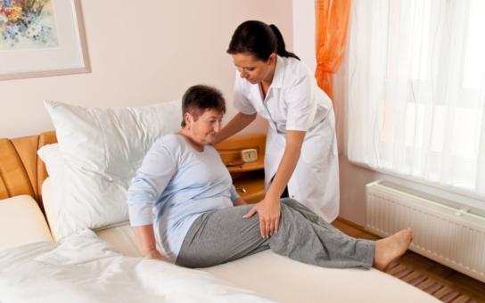 Chcete mít nemocnou babičku doma? Zapomeňte. Rozhodují tato čísla: Za jeden den v nemocnici stát platí 7 tisíc. Agentury domácí péče přitom dostávají zhruba 5 000 Kč za pacienta. Jenže na měsíc
