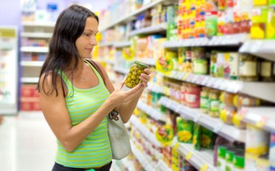 Nákup potravin občas připomíná zajíce v pytli a odhalování jejich 'tajemství' je leckdy napínavější než detektivka. Už jste se naučili správně číst? Je nejvyšší čas, abyste věděli, co všechno vlastně zbaštíte