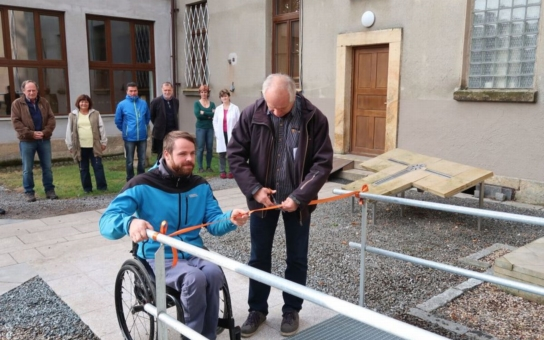 Průmyslovka v Hořicích zprovoznila bezbariérovou rampu, která s chystanou schodišťovou plošinou odstraní bariéry pro vozíčkáře. Pomůže to zejména učiteli anglického jazyka a informatiky, který je odkázán na invalidní vozík