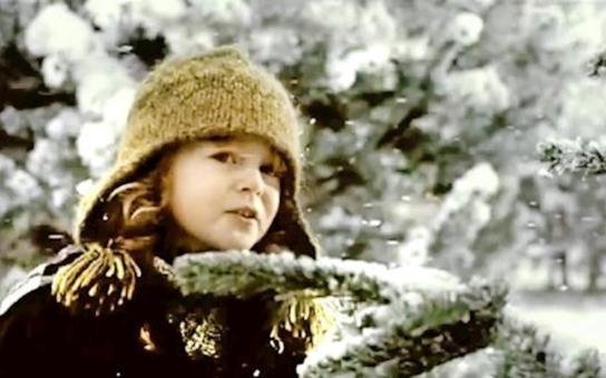 Já nemuším, já už ho vidím: Jak se natáčela slavná reklama, která běží už dvanácté Vánoce? Vyšlo najevo, že ty velké, žahnuté žuby mělo gaučové prasátko, kterého museli lákat na svíčkovou. A ten sníh byl umělý