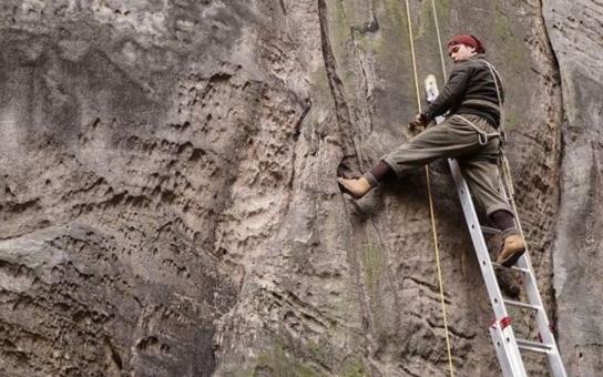 V hlavní roli kajakář, kozatá blbka a hliníkový žebřík z Hornbachu, takové jsou ohlasy na nový český film Tenkrát v ráji. Je prý školácky směšný, neumětelský a trapný, ale i nebezpečný. Víme proč