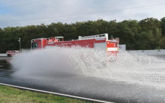 Elektrárenští hasiči se vyhýbali vodním překážkám a brzdili jak o život. Kurz bezpečné jízdy absolvovali s plně naloženými zásahovými vozy na polygonu mosteckého Autodromu