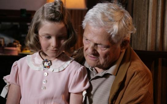 Prima uvede již v neděli slavný dokument Hanin kufřík, založený na příběhu sestry Jiřího Bradyho. Muž, který nedávno vzbouřil Česko, ve filmu také účinkuje