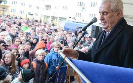 Jsem proti vyplácení dávek nepracujícím Čechům, natož cizincům. Zeman burcoval před zaplněným náměstím: Argumentovat spodním prádlem, to je chabý argument. A zneužít státní svátek ke kampani na Staromáku...