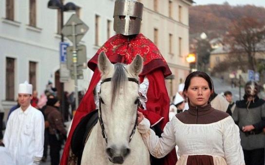 Do Šternberku přijede svatý Martin opět na bílém koni. Martinskou slavnost odstartuje průvod s lampiony a lucernami, chybět nebude ani starodávný jarmark