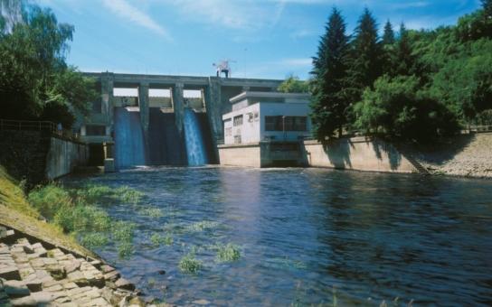 Speciální jeřáb vyzdvihl na hrázní mostovku brněnského Pryglu rychlouzávěr, k jehož úplné výměně dochází poprvé za 75 let provozu vodní elektrárny. Podívejte se na fotky