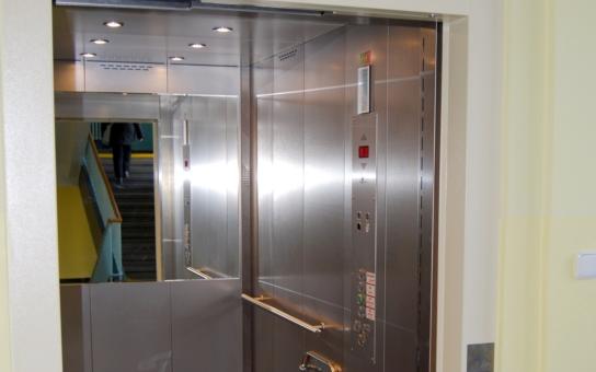 Pardubická nemocnice získala dva nové výtahy. Ve štědrost dotačních programů doufají krajští politici i nadále