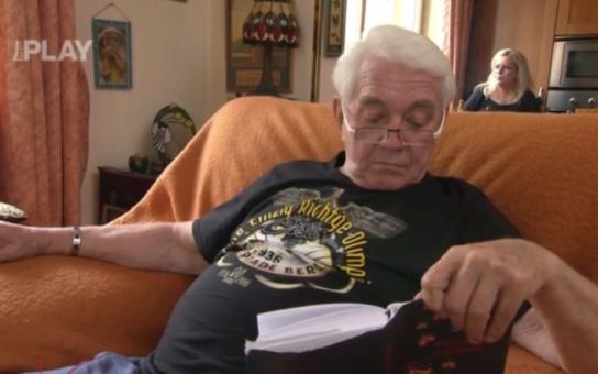 Jiří Krampol se ukázal na Primě v tričku s nacistickými symboly. To ale není zdaleka všechno, Novotný s gustem trolí Macuru i Podhůrského, o Regině z VyVolených nemluvě. Je to maso