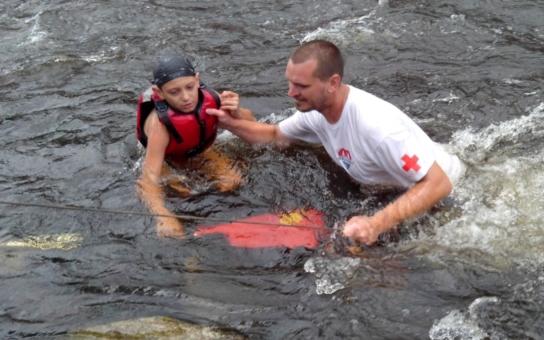 Záchranáři letos pomohli na Vltavě stovkám vodáků. Zdravotnický tým projektu Jedu vodu vedl Martin Pöschl, záchranář vyškolený Českým červeným křížem