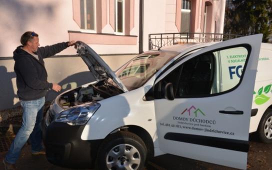 V jindřichovickém domově důchodců jezdí od počátku týdne elektromobilem. Na jeho nákup přispěl Liberecký kraj, a pokud se osvědčí, budou se na taková vozítka moci těšit i další organizace