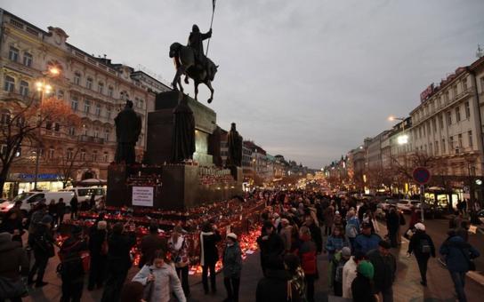 17. listopad v Praze: Mělo by být hezky, relativně teplo, odpoledne dokonce vykoukne sluníčko. Lidé vyrazí do ulic; dají se očekávat občanské bouře, demonstrace, pochody… A peklo na Václaváku