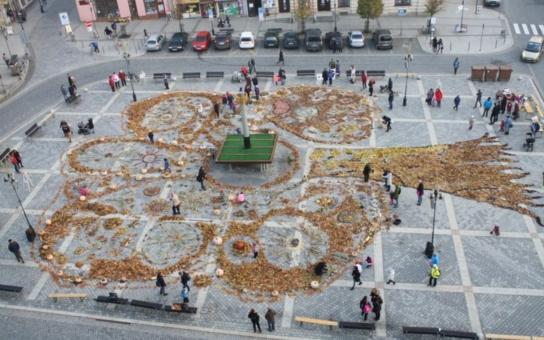 Říká se tomu land art a vypadá úchvatně: Na betonovém náměstí v Přerově vznikl strom z podzimních darů přírody