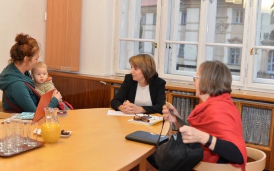 Chci se s Pražany setkávat osobně, zajímá mě, co je trápí a jak jim můžeme pomoci… Primátorka Adriana Krnáčová se sešla s prvními zájemci o Otevřenou radnici; co se řešilo?