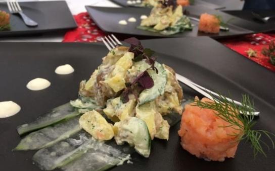Tatarák z lososa, salátové okurky a čerstvý kopr? Proti gustu žádný dišputát, ale takhle že by měl vypadat štědrovečerní bramborový salát? Věřte-nevěřte, fakt vyhrál. Mrkněte, jak na to, přinášíme vám kompletní recept