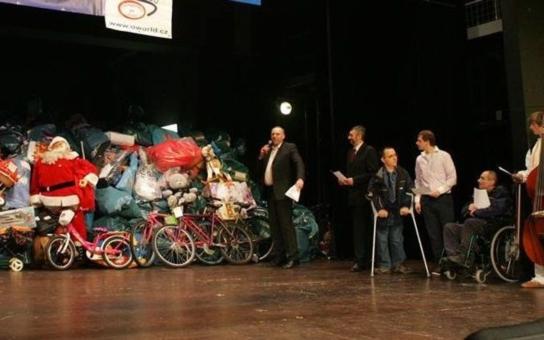 Jubilejní 20. ročník tradičního projektu Daruj hračku chce letos splnit 4930 vánočních přání ze 70 dětských domovů a zařízení pro handicapované. Partner projektu odhaduje, že opět odveze dva plné Jumbo kontejnery