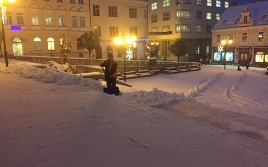 Liberecký kraj trápí čerstvá sněhová nadílka. V Jablonci nad Nisou stále sněží, s lopatami a hrably nastoupili do práce již za tmy i lidé, zaměstnaní v režimu veřejně prospěšných prací