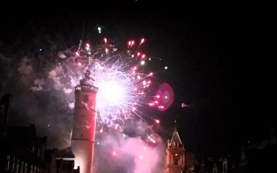 Na novoroční ohňostroj v Domažlicích může přispět i veřejnost. Vedení radnice věří, že tak alespoň zčásti předejde nepořádku, hluku a případným zraněním z používání amatérské pyrotechniky