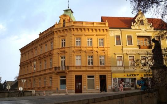 Pohnutá historie domu č. p. 87 v Chrudimi je u zdárného konce. Dům znovu rozkvetl do své původní krásné podoby, rekonstrukci za 13,9 milionu korun uhradilo město ze svého rozpočtu