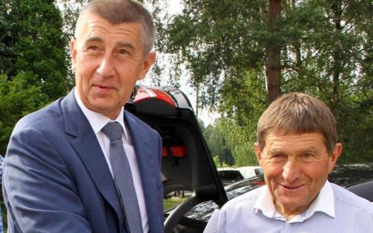 Národ se opět baví. Díky Babišovi. Máme nové komické duo: Andrej a žokej. Jenže přitom tuhne úsměv na rtech...