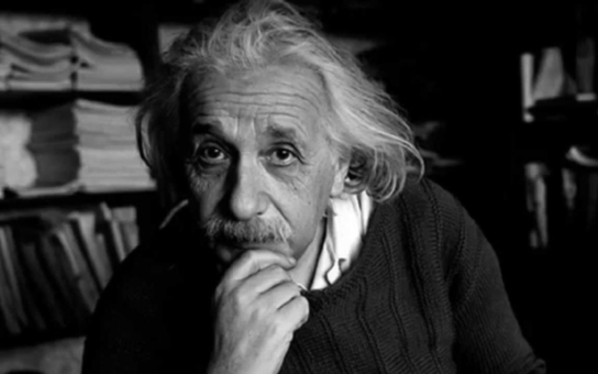 Největší génius všech dob jedl třikrát denně houby, chodil v děravých botách a manželce odmítal platit kadeřníka. A jak to bylo doopravdy s jeho pětkou z matematiky? Tajnosti slavných