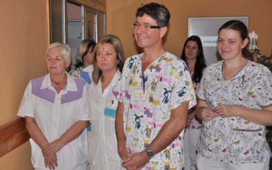 Strakoničtí lékaři nosí unikátní uniformy, které mají malé pacienty zbavit strachu z bílého pláště. Haleny pocházejí ze salónu módní návrhářky