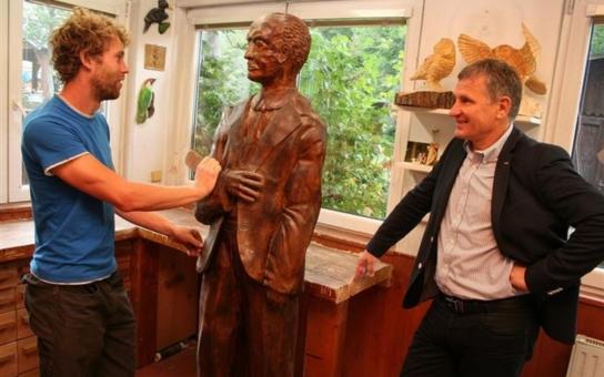 Josef Sousedík je zpět na vsetínské radnici. Ve čtvrtém patře byla odhalena jeho socha z lipového dřeva v životní velikosti