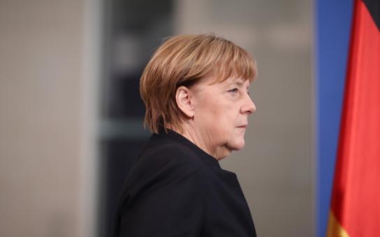 Merkelová je smutná a šokovaná z dalšího vraždění, občané Česka naopak z ní. Ať jde příkladem a rozpustí svou ochranku, vzkazují jí. A speciál ČT, kde donekonečna omílali to samé a neustále si přáli dobrý den…