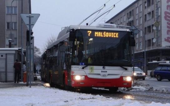 Jízdenky v trolejbusech hradecké MHD koupíte od Nového roku i pomocí bezkontaktní bankovní karty. Na tuto možnost upozorní cestující samolepky na vozech