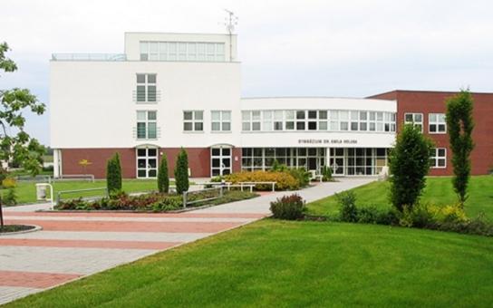 Gymnázium v Holicích se dočká nové atletické dráhy. Bohužel se navýšila cena stavby, řešily se i regulérní délky drah