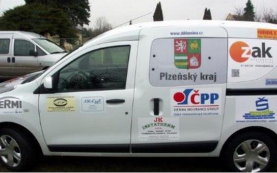 Dětský domov v Plzni dostal nový vůz. K zakoupení sociálních automobilů přispívají úspěšné firmy, které na něm získají reklamní prostor