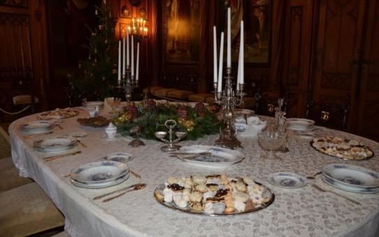 Vyřezávaná pohádka severu, novogotický zámek Sychrov, pořádá netradiční vánoční prohlídky. Každý návštěvník navíc najde pod stromečkem dárek