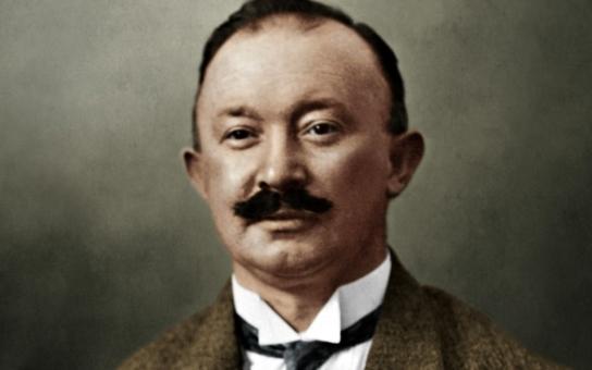 Jeho jméno se stalo světoznámou značkou. Málokdo tuší, že původně oblékal fašistický wehrmacht a pracovní síly mu dodávalo gestapo. Tajnosti slavných