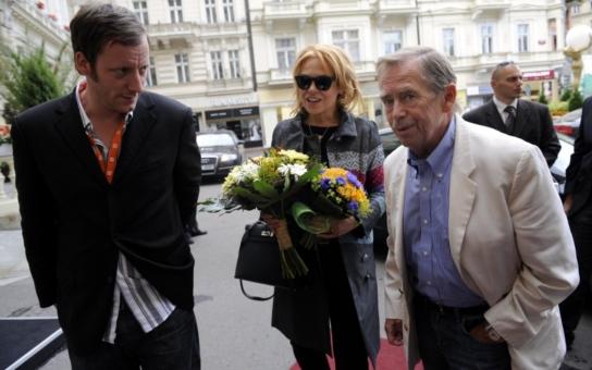 Tato tajná svatba způsobila v Čechách skutečný šok a pobouření. I když se leccos tutlalo již předtím, média mlčela