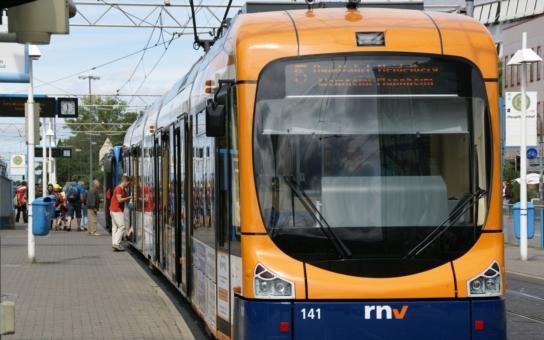 Horor na kolejích v tramvaji číslo 5. Denní rvačky a přepadení. Migranti a místní. Zákaz vysílat. Získali jsme záběry
