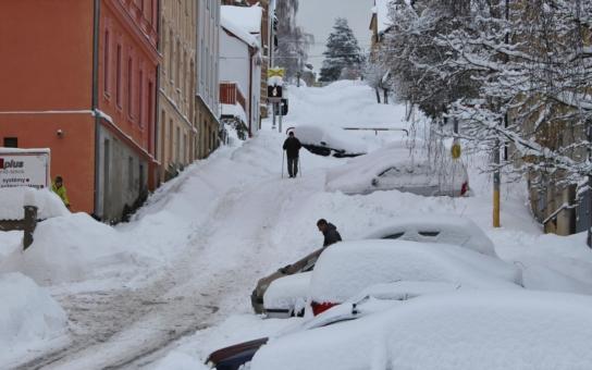 Zapadali jsme sněhem. Do ulic vyrazili běžkaři, Jablonec nad Nisou vyhlásil kalamitu a po letech vyjíždí i Stalinovy ruce. Co předpovídají Norové?