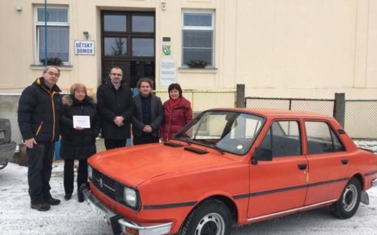 Škodovka Marcelka nadělovala. Opravený retro vůz byl vydražen pro děti z Plumlova, nový majitel částku ještě zaokrouhlil
