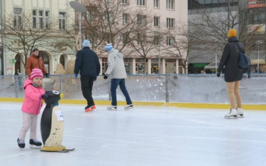 Ostravané si bruslí na ledě uprostřed města. Aby svůj zážitek zvěčnili, připravilo jim město fotokoutek a pro prcky pomocné tučňáky