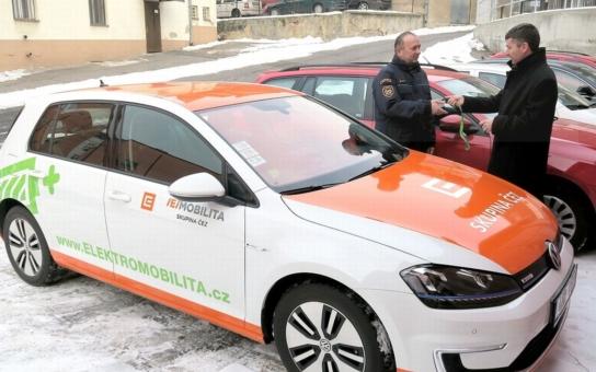 Hasiči v Ústeckém kraji budou jezdit elektromobilem. Poslouží jim i k nácviku zásahů u nehod automobilů s elektrickým pohonem