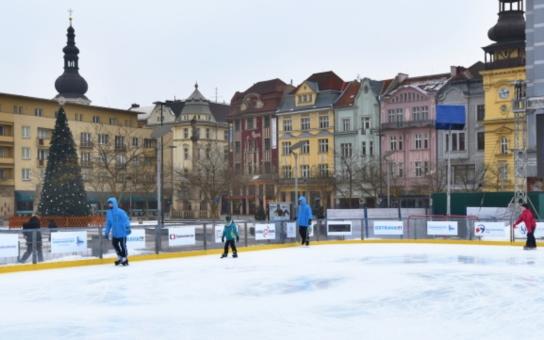 Centrum Ostravy ožilo Fan zónou Mistrovství Evropy v krasobruslení. Ledová plocha zde zůstane až do neděle. Nebudou chybět autogramiády