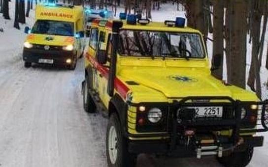 Na ledu a sněhu pomáhají záchranářům speciální terénní sanitky. Posádky tak mají větší možnosti výběru náhradní trasy