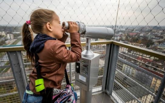 Jeden z nejhezčích pohledů na Ostravu je z vyhlídkové věže, na ni ale pár týdnů nikdo nesmí.  Pech tak mají i ti, co potřebovali vystoupat do infocentra. V čem tkví bezpečnostní rizika?