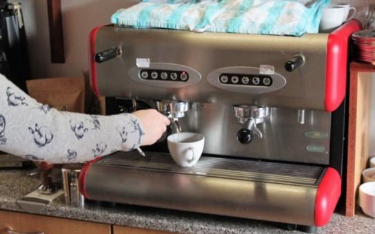 Tady káva chutná lépe. Alespoň to tvrdí zástupci kraje, který podpořil Café Robinson: Hendikepovaní zaměstnanci se tu vyšvihli na profesionální baristy